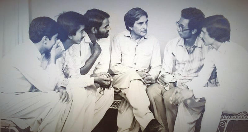 Munnu Bhai in discussion with young students