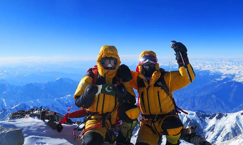 اٹلی کے کوہ پیما سائمن مور اورپاکستان کے علی صدپارہ کا نانگا پربت سر کرنے کا منظر— فائل فوٹو