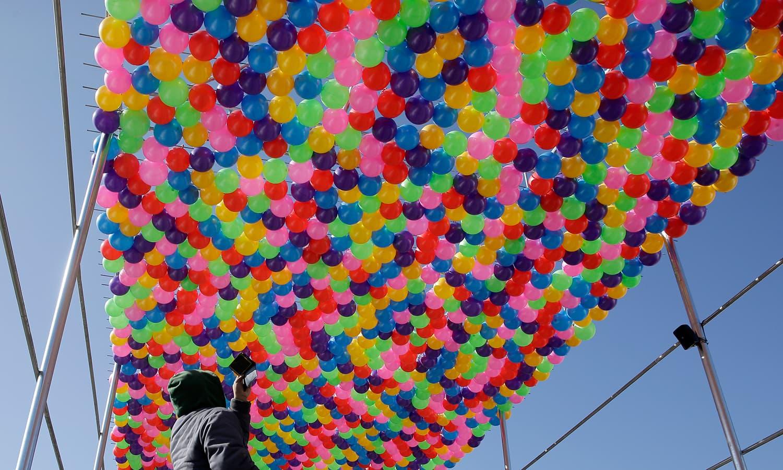 پایونگ چینگ 2018 کی تیاریوں کے سلسلے میں ایک مقام کو غباروں سے سجایا گیا — فوٹو: اے پی