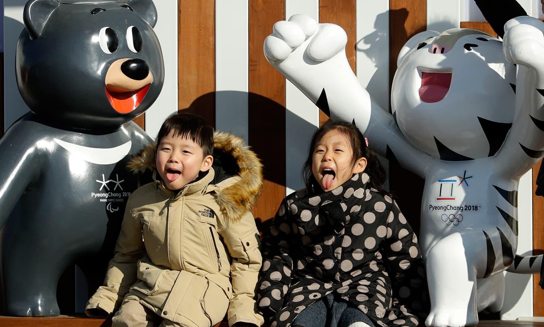 پایونگ چینگ کی آمد پر دو بچے خوشی کا اظہار کر رہے ہیں— فوٹو: اے پی