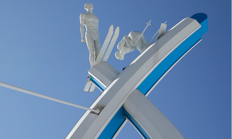 ونٹر اولمپکس کے استقبالیہ پر برف سے بنایا گیا خوبصورت ماڈل — فوٹو: اے پی
