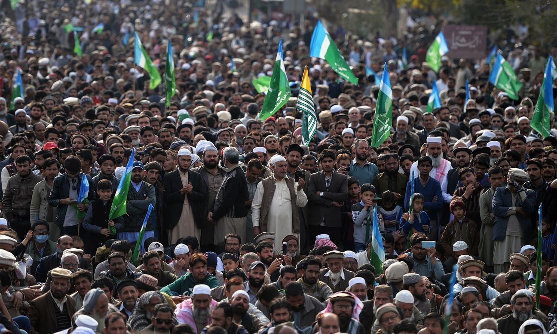 اسلام آباد میں جماعت اسلامی کا کارکنان کشمیر سے یکجہتی دکھانے کے لیے جمع ہیں — فوٹو: اے ایف پی