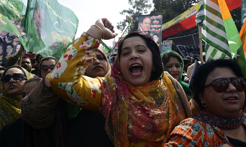کشمیر سے یکجہتی کے اظہار کے لیے خواتین کی بڑی تعداد نے بھی مارچ میں شرکت کی — فوٹو: اے ایف پی