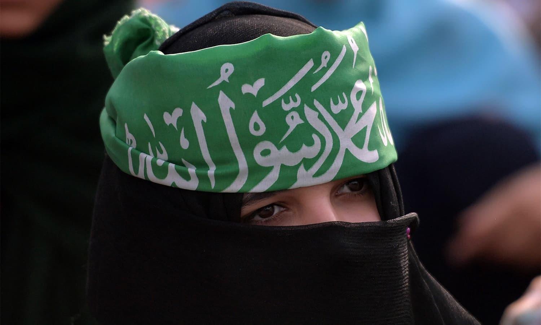 جماعت اسلامی کی خواتین رکن سر پر کلمہ پہنے مارچ کا حصہ بنیں — فوٹو: اے ایف پی