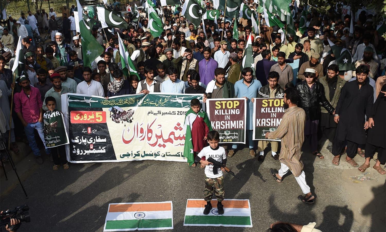 مظاہرین نے کشمیری عوام سے یکجہتی کے لیے احتجاج میں شرکت کی — فوٹو: اے ایف پی