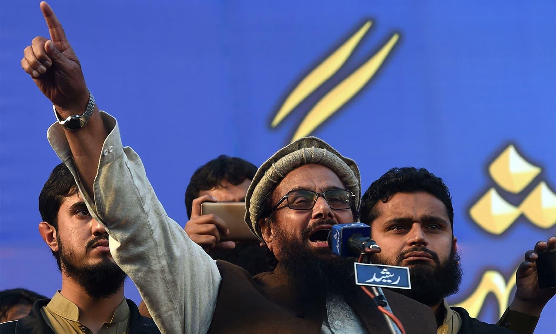 جماعت الدعوۃ کے امیر حافظ سعید لاہور میں مظاہرین سے خطاب کر رہے ہیں — فوٹو: اے ایف پی