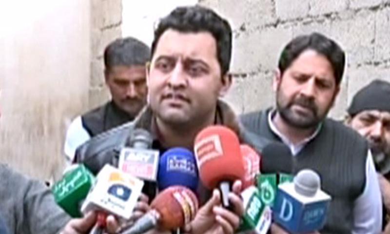 مشال خان کے بھائی فیصلے کے بعد میڈیا سے بات کررہے ہیں — فوٹو: ڈان نیوز