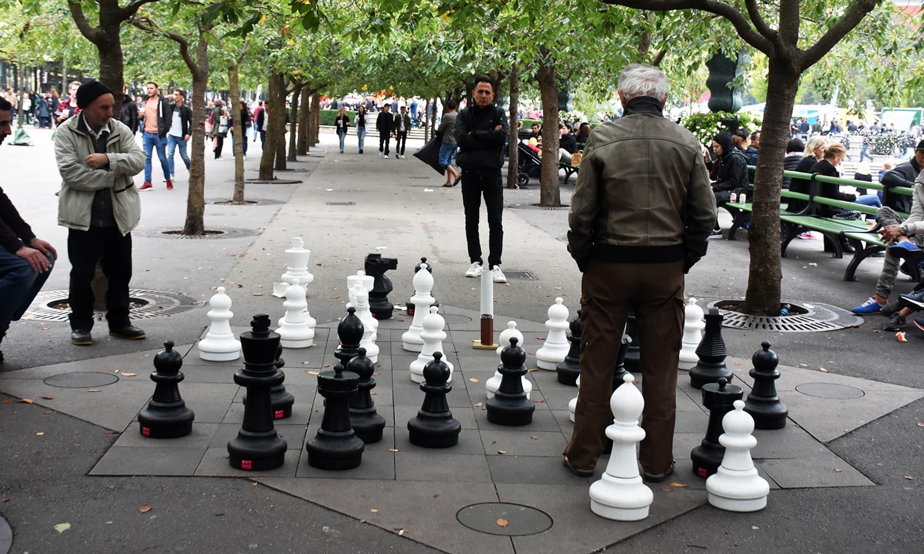 اسٹاک ہوم میں موجود بڑے بڑے مہروں والی شطرنج کی بساط—تصویر رمضان رفیق