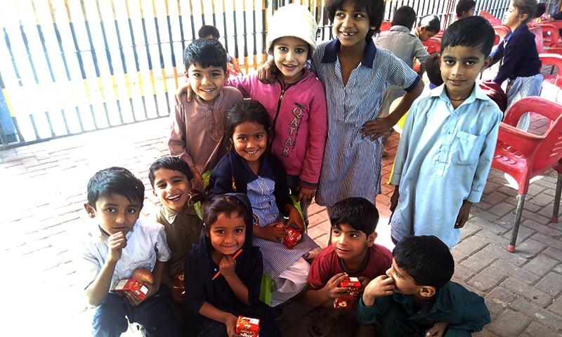 فٹ پاتھ اسکول میں سب کے پاس بستے تھے، پینسلیں سب کے ہاتھ میں تھیں اور لکھنے اور پڑھنے کا جنون تھا—تصویر سدرہ ڈار