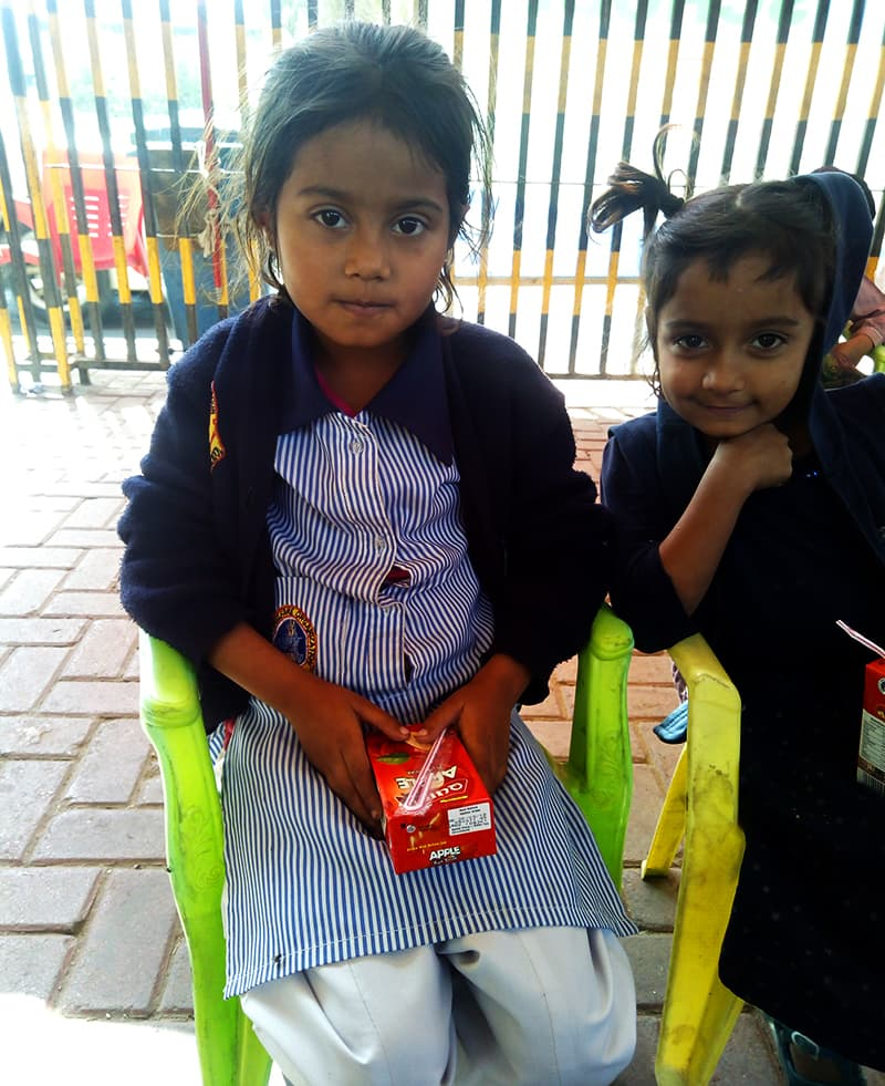 5 سالہ زینب فٹ پاتھ اسکول سے ملنے والا جوس گھر جاکر اپنی چھوٹی بہن سے شیئر کرتی ہے—تصویر سدرہ ڈار
