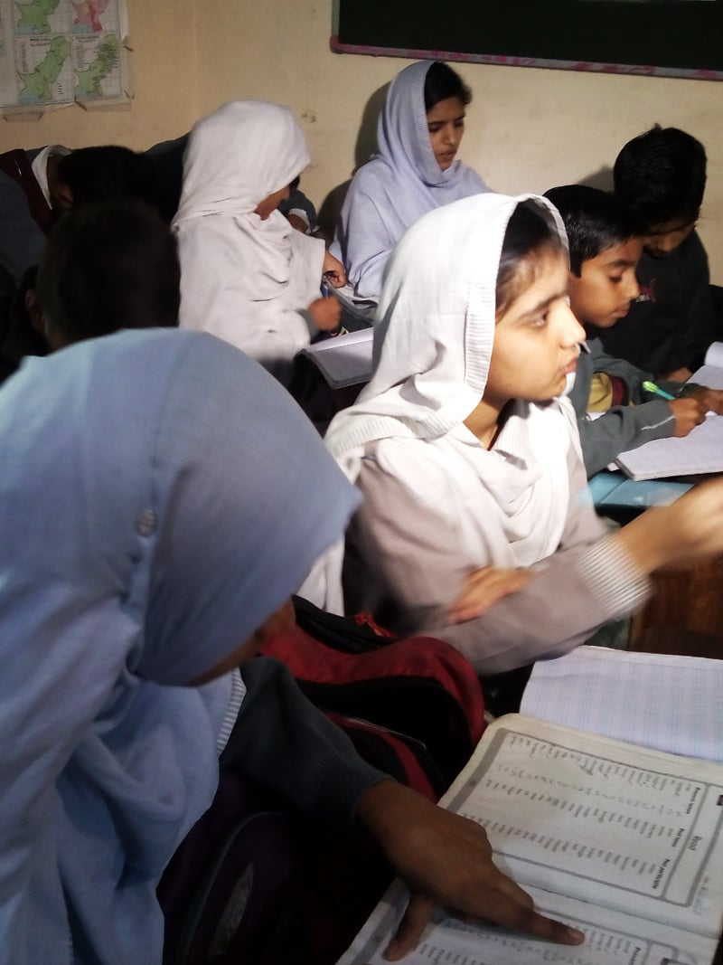 طالبہ ماروی نے مزید 20 بچوں کو فہد کے اسکول میں داخلہ لینے پر راغب کیا—تصویر سدرہ ڈار