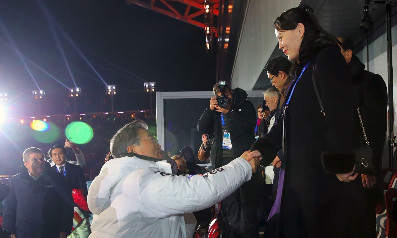 جنوبی کوریا کے صدر، شمالی کوریا کے صدر کی بہن سے ہاتھ ملا کر تاریخی تقریب میں شامل ہوئے—فوٹو:اے ایف پی