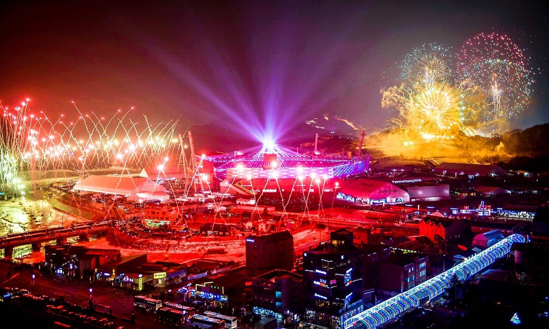 اولمپکس تقریب میں دلچسپ کرتب بھی پیش کیے گئے—فوٹو:اے ایف پی
