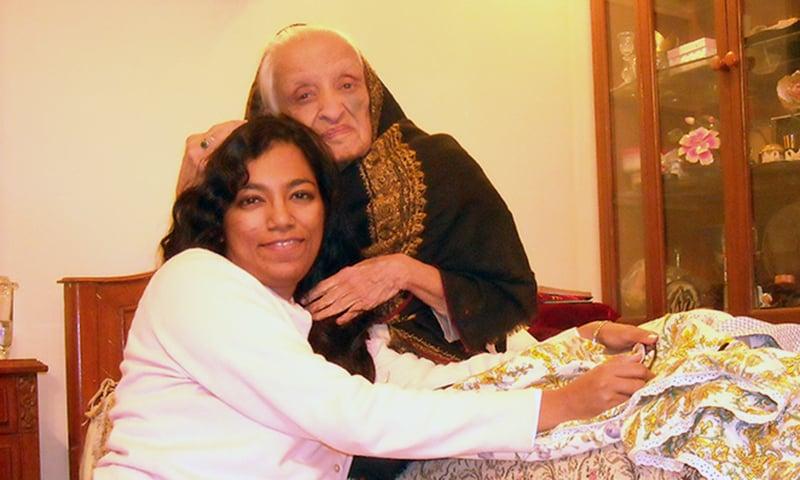 لکھاری فاطمہ ثریا بجیہ کے ساتھ