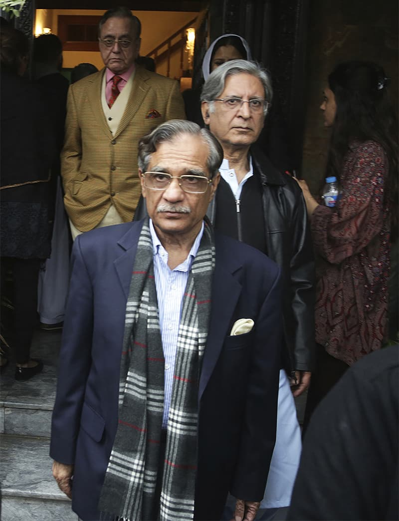 Chief Justice Mian Saqib Nisar arrives at Asma Jahangir's residence to condole with her family. Khurshid Kasuri and PPP leader Barrister Aitzaz Ahsan are behind him. ─ AP