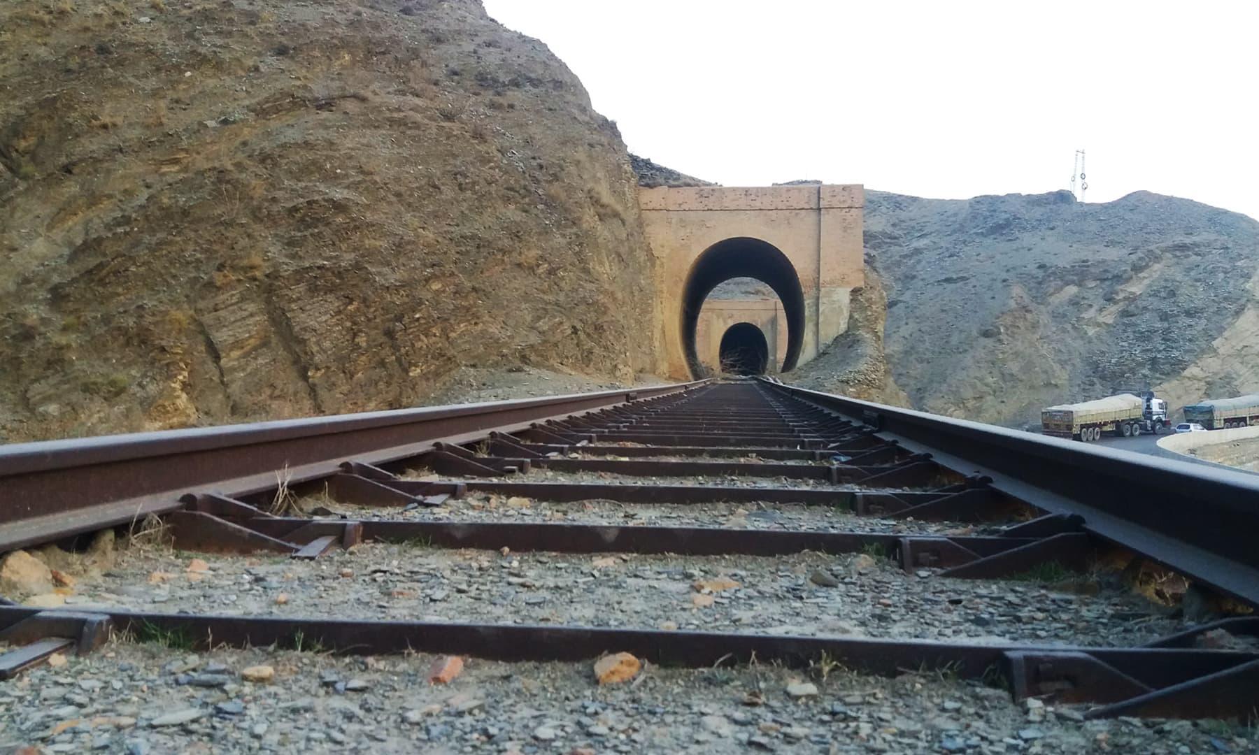خیبر پاس کے بلند پہاڑوں میں 3900 فٹ بلندی پر تعمیر کی گئی یہ ریلوے  لائن برطانوی راج کا ایک بڑا کارنامہ تھا —فوٹو: عظمت اکبر