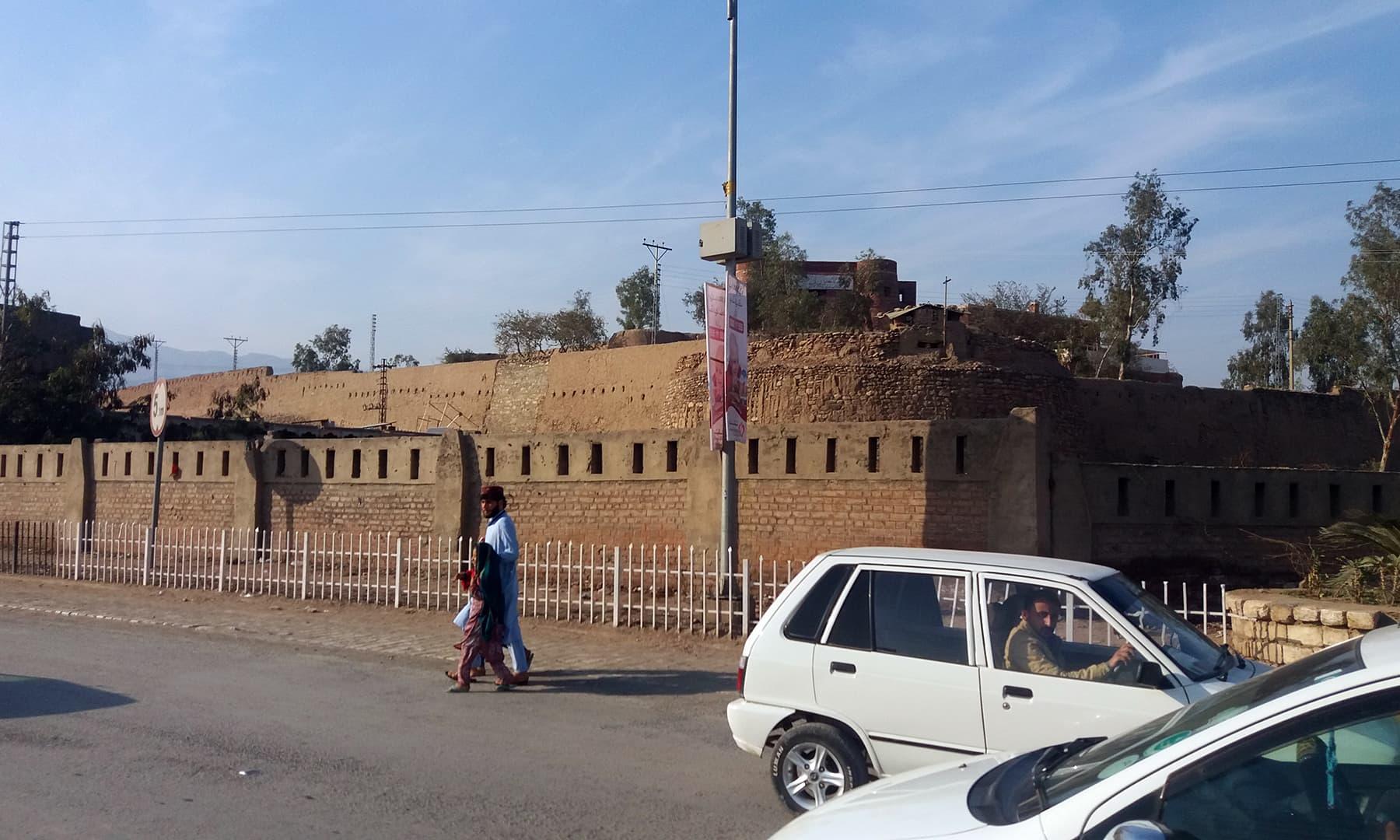 تاریخی قلعہ جمرود جو 1836ء میں تعمیر کیا گیا تھا —فوٹو: عظمت اکبر