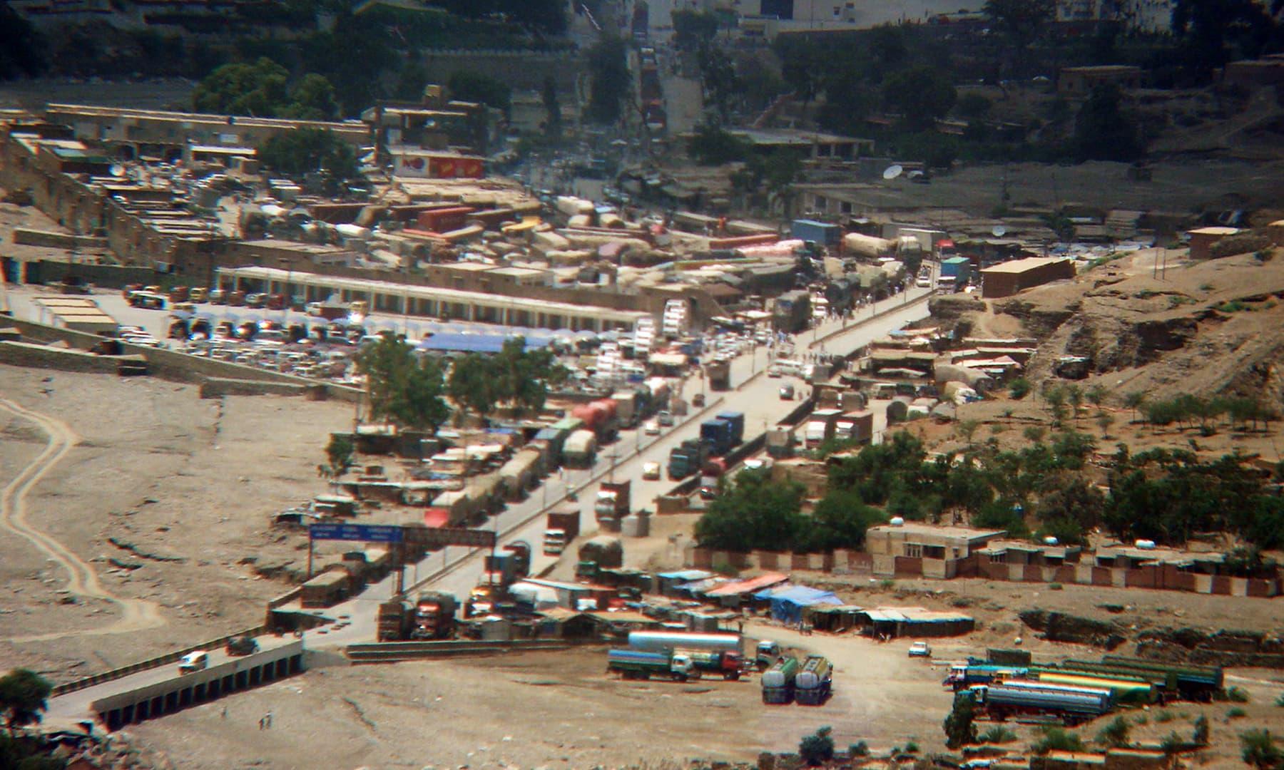 2006ء میں دوربین کی مدد سے میچنی فورٹ سے تورخم بارڈر اور جلال آباد شہر کی ایک یادگار تصویر—فوٹو: عظمت اکبر