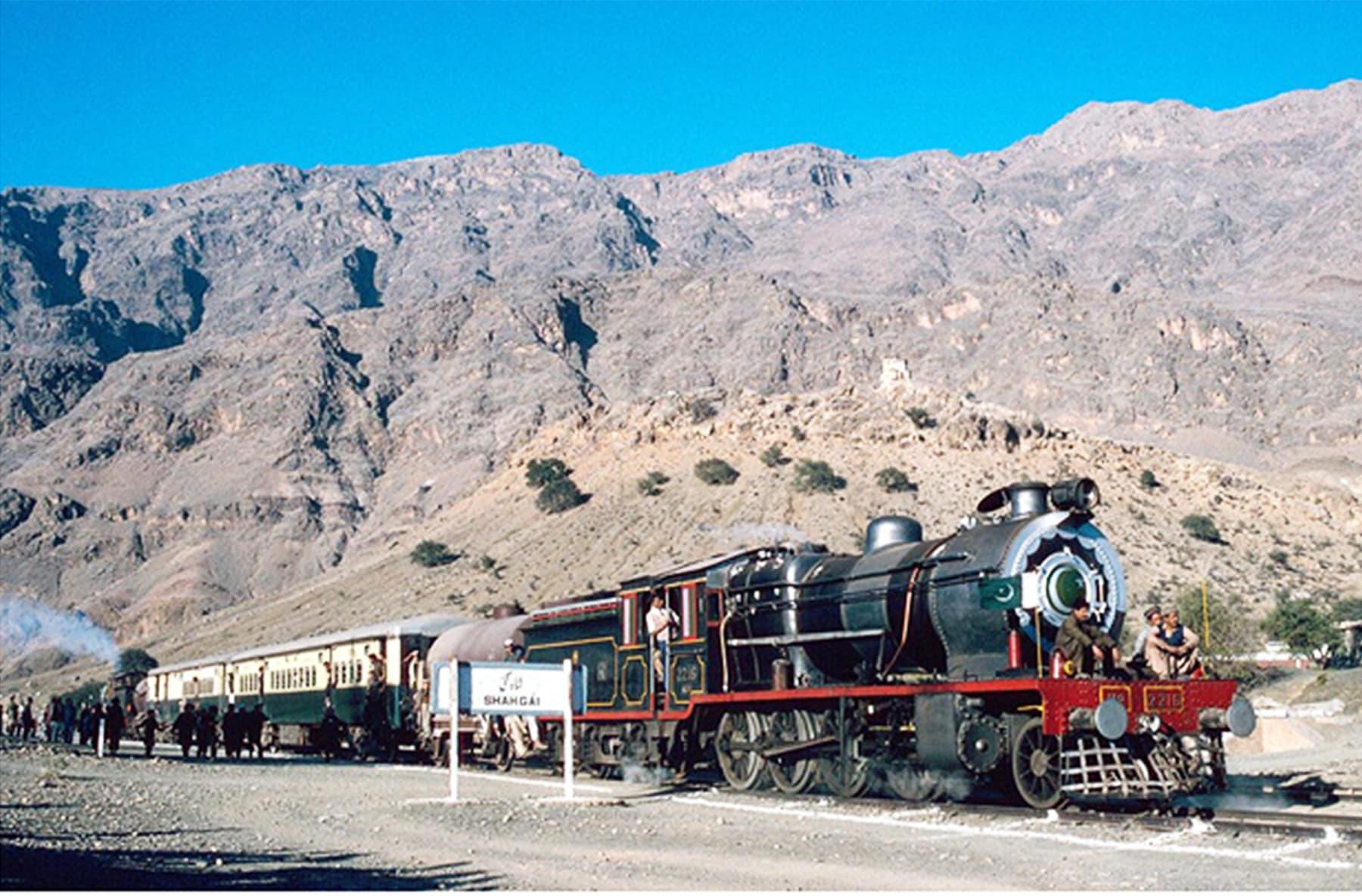 خیبر اسٹیم سفاری کے نام سے چلنے والی ٹرین شگئی کے مقام پر—فائل فوٹو