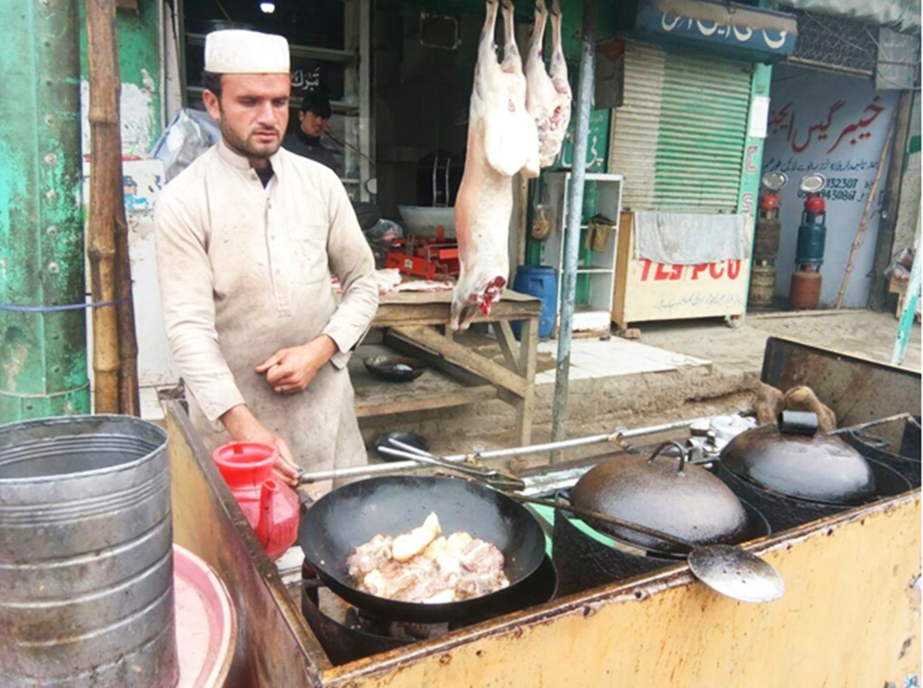 لنڈی کوتل بازار کی مشہور نمکین کڑاہی اور تکہ سیاحوں اور مسافروں کی پسندیدہ غذا ہیں