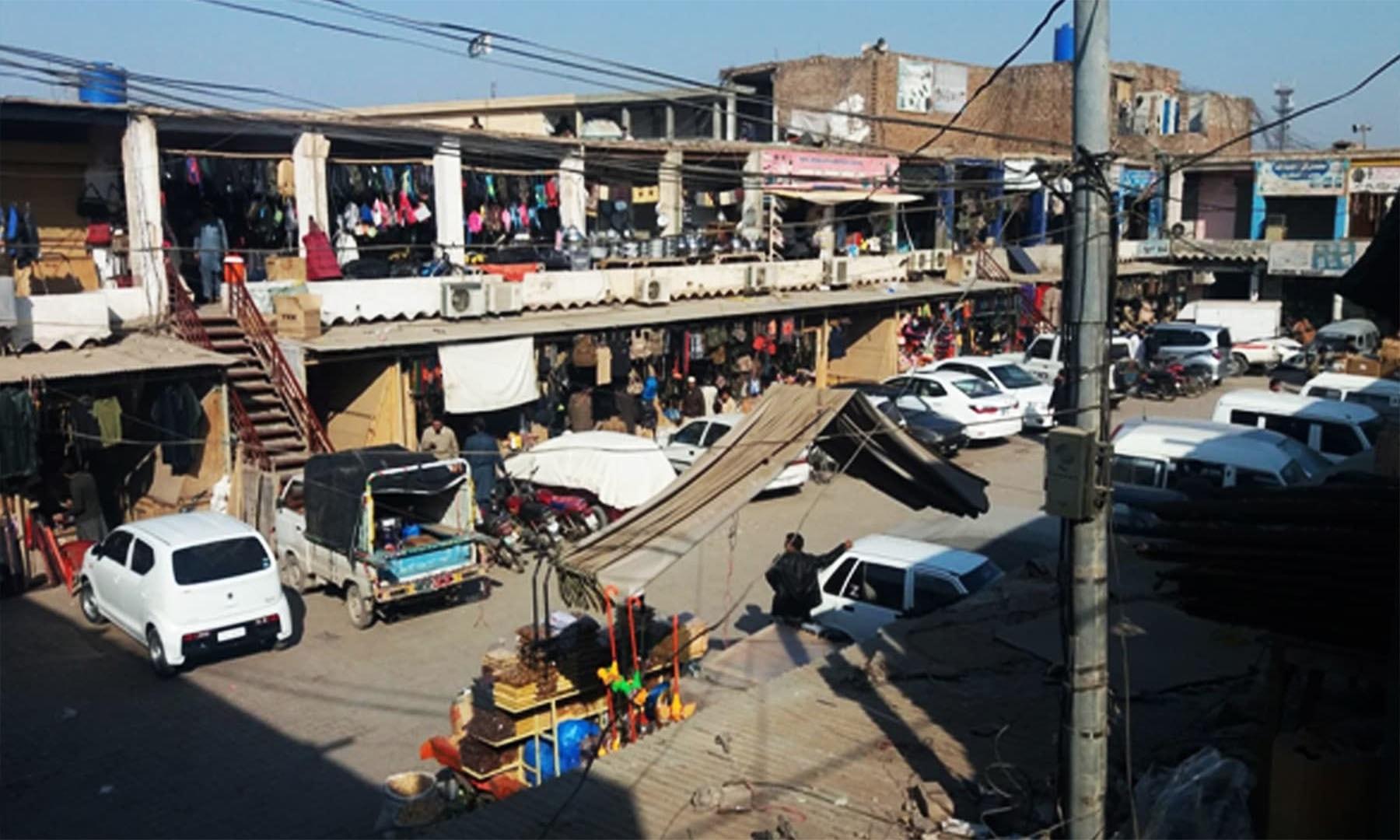 خیبر ایجنسی کے بارڈر سے متصل کارخانو مارکیٹ پشاور کا ایک منظر—فوٹو: توصیف احمد
