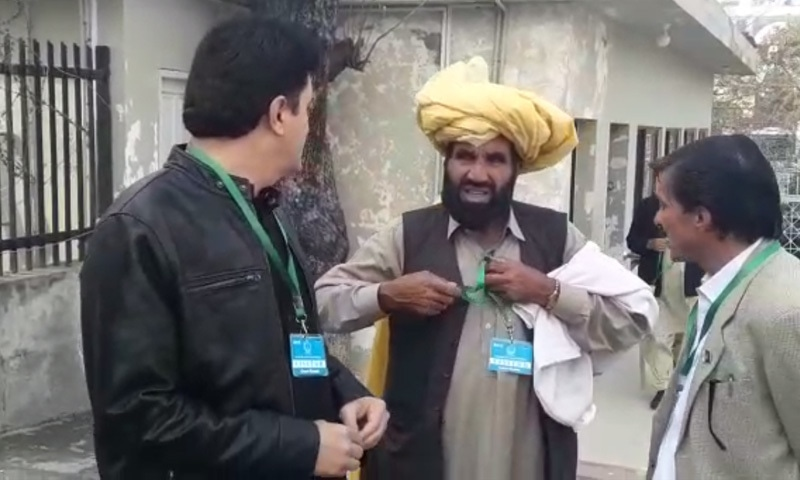 Naqeebullah Mehsud's father arrives at the Supreme Court on Friday. ─ DawnNews