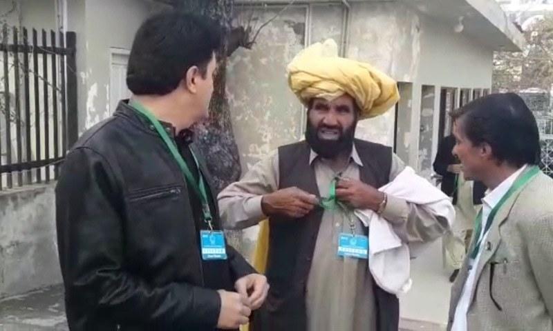 نقیب اللہ کے والد سپریم کورٹ میں پیش ہونے کے لیے احاطہ عدالت میں موجود ہیں — فوٹو: ڈان نیوز
