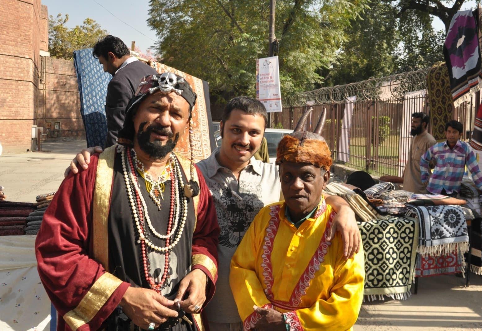 منالاہوری اور عینک والا جن میں ان کے ساتھ کام کرنے والے حسیب پاشا کی 2014 کے خیال فیسٹیول کی یادگار تصویر — پبلسٹی فوٹو