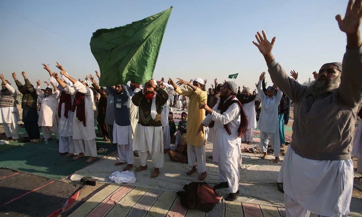 Religious protesters in Korangi area of Karachi show their support for the Tehreek-e-Labbaik sit-in | White Star