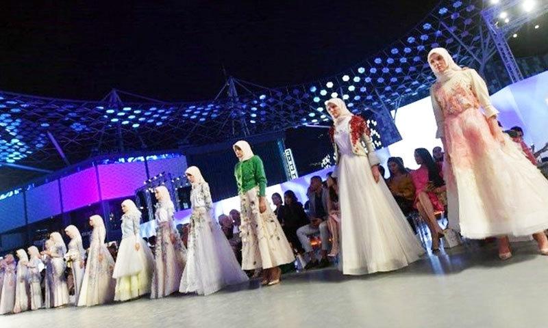 یواے ای میں ہونے عرب فیشن ویک میں ماڈلز ملبوسات پیش کر رہی ہیں—فوٹو: اے ایف پی