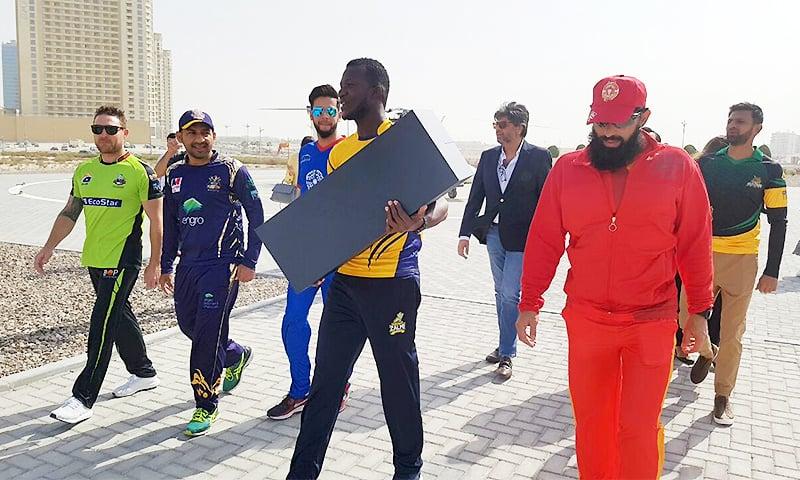 PSL 2018 trophy unveiled by franchise captains in Dubai - Pakistan