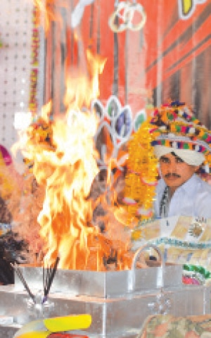 A Hindu couple takes their vows in the presence of fire