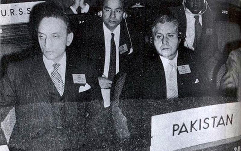 شہاب یونیسکو کے اجلاس میں پیرس میں پاکستانی سفیر صاحبزادہ یعقوب علی خان کے ہمراہ