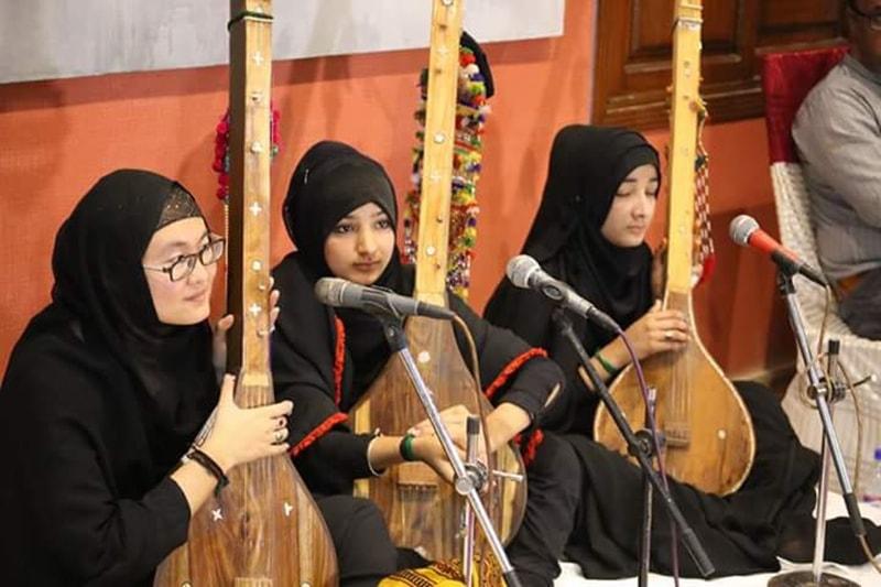افتتاحی تقریب میں خواتین نے بھی راگ پیش کیا—تصویر شبینہ فراز