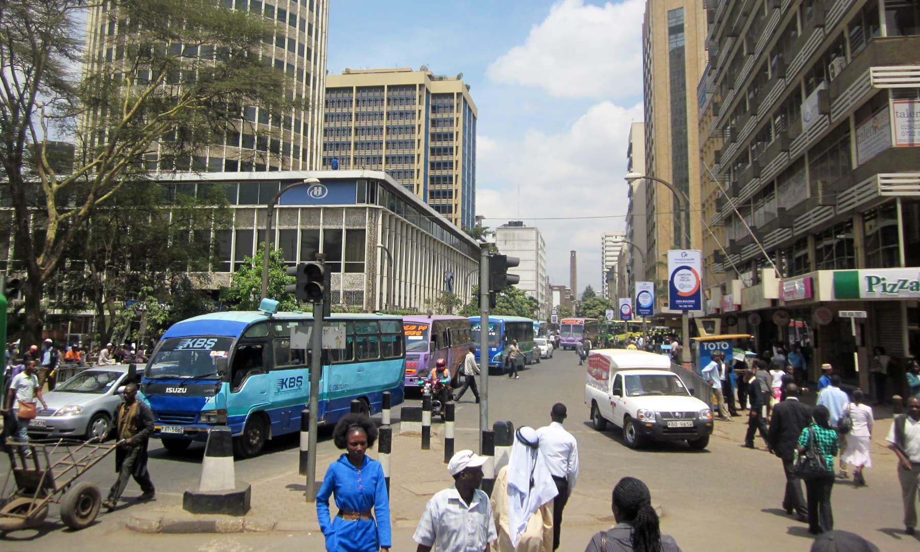 نیروبی کی مرکزی شاہراہ پر رواں دواں ٹریفک کا منظر— فوٹو عظمت اکبر