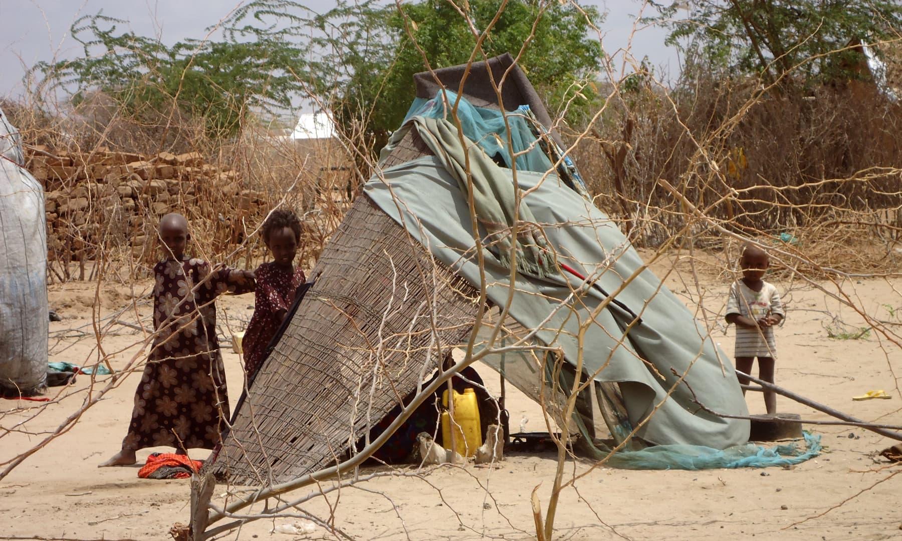 کیمپ میں موجود معصوم بچے— فوٹو عظمت اکبر