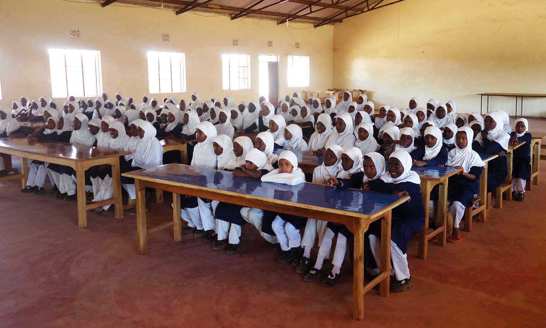 اسکول کا اندورنی منظر جہاں طالبات تعلیم حاصل کررہے ہیں— فوٹو عظمت اکبر