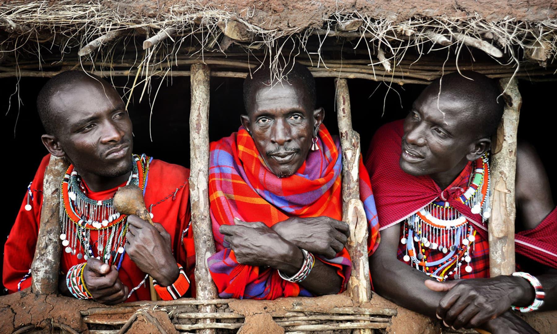 نیروبی میں ماسائی قبیلے کے جنگجو— فوٹو عظمت اکبر