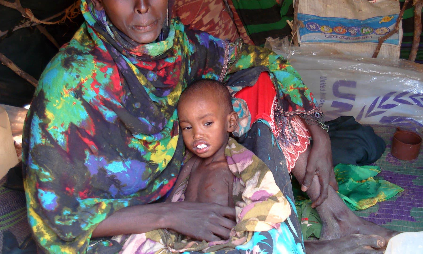غربت اور بھوک و افلاس کی وجہ سے بچے انتہائی کمزور ہوگئے ہیں— فوٹو عظمت اکبر