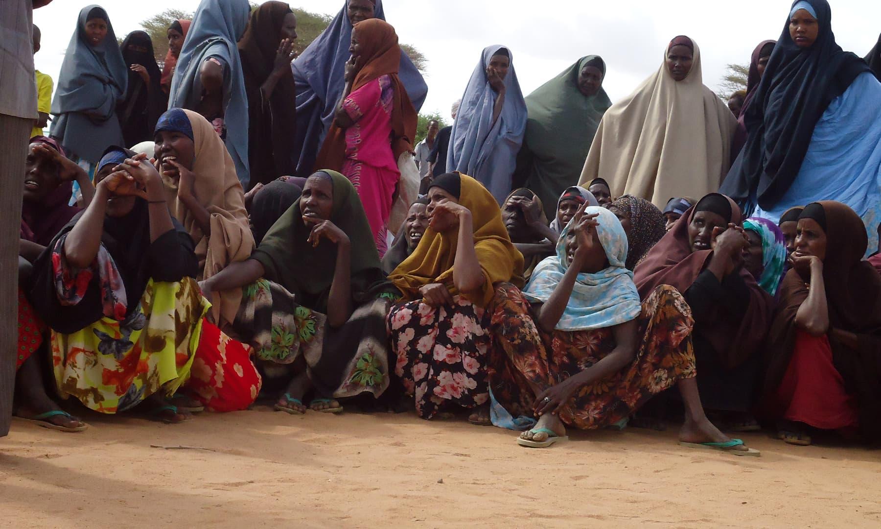 خوراک اور امداد کی منتظر خواتین— فوٹو عظمت اکبر