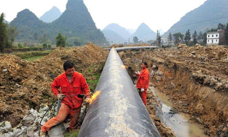 میانمار کے علاقے راکھائن میں گیس پائپ لائن پر کام ہورہا ہے—اے ایف پی فوٹو