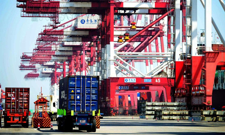 مشرقی چین سے مال بردار کنٹینر سامان ٹرینوں تک پہنچاتے ہیں جہاں سے انہیں یورپ ٹرین پر روانہ کیا جاتا ہے — اے ایف پی فائل فوٹو