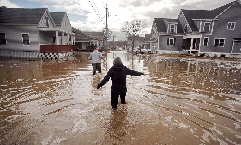 امریکی ریاست میانے میں طوفان کے باعث سڑکیں تالاب کا منظر پیش کر رہے ہیں — فوٹو: اے پی