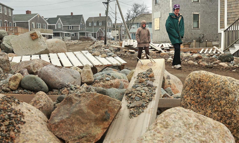طوفان کے باعث تباہ ہونے والے گھروں کا ملبہ سڑکوں پر پڑا ہے — فوٹو: اے پی