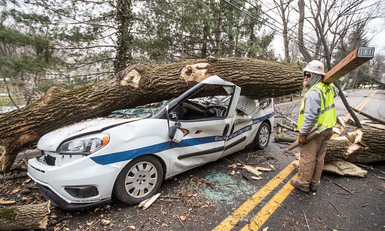 امریکی ریاست میں آئے طوفان سے کئی گاڑیاں تباہ ہوئیں — فوٹو: اے پی