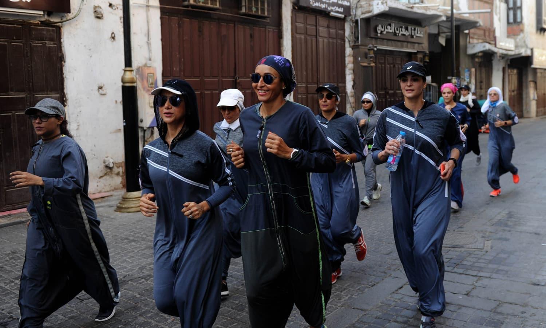 جدہ کے تاریخی ضلع 'البلد' میں بھی خواتین کے گروپ نے ہلکی دوڑ لگائی — فوٹو: اے ایف پی