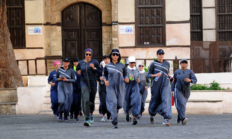 ہلکی دوڑ لگا کر خواتین نے اپنے عالمی دن کو خوب منایا — فوٹو: اے ایف پی
