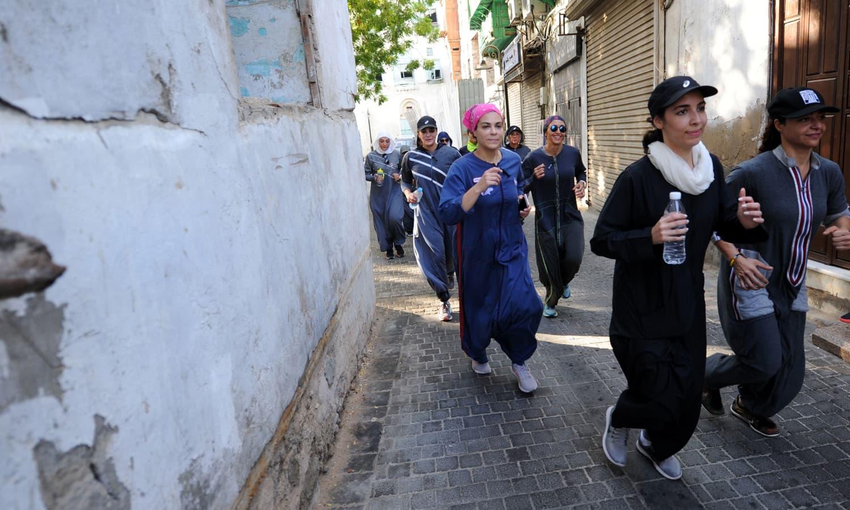 چند روز قبل سعودی عرب کی تاریخ میں پہلی بار خواتین کی میراتھن دوڑ کے مقابلے بھی منعقد کیے گئے تھے — فوٹو: اے ایف پی