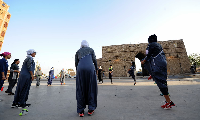 دوڑ سے قبل خواتین اس کی تیاری کر رہی ہیں — فوٹو: اے ایف پی