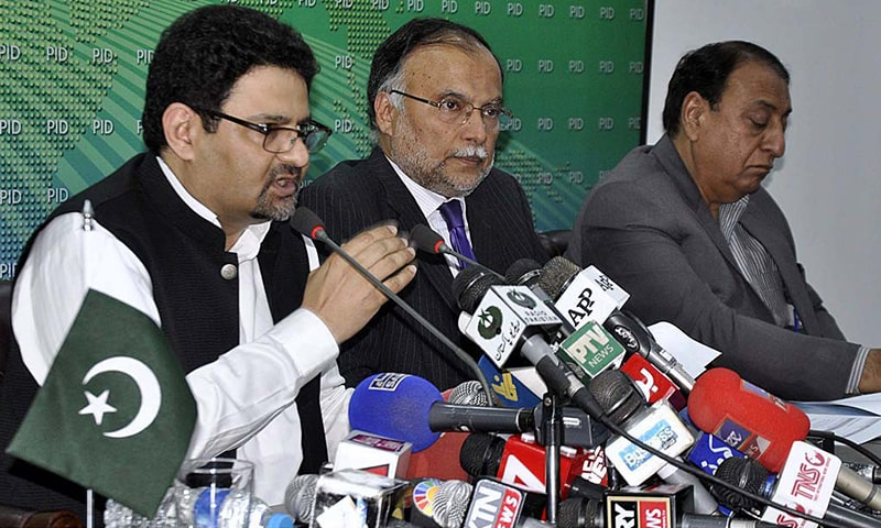 Advisor on Finance, Revenue and Economic Affairs Miftah Ismail along with Minister for Planning, Development and Reforms Ahsan Iqbal and State Minister for Finance Rana Muhammad Afzal Khan jointly address a press conference in Islamabad. — APP
